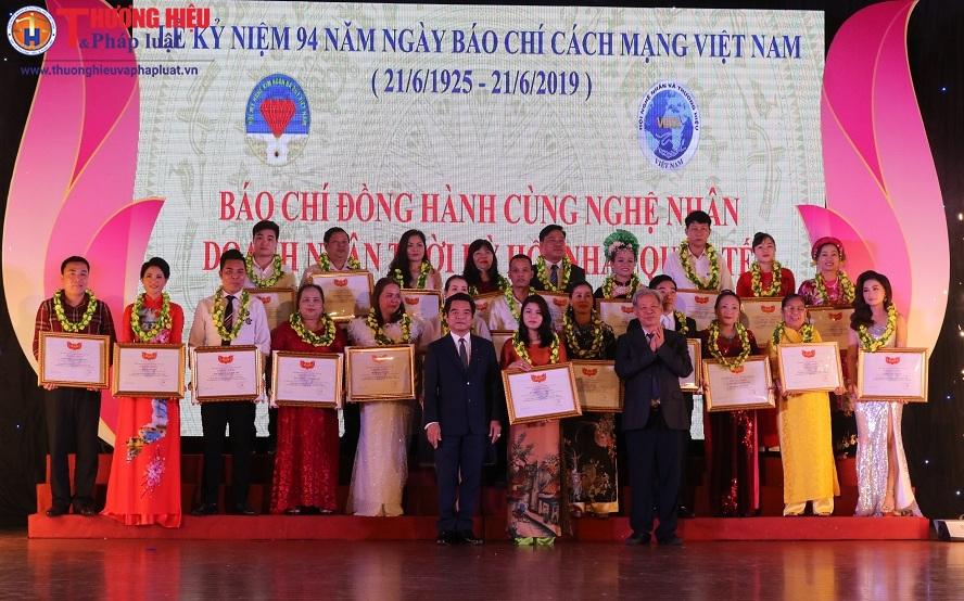 Hội nghệ nhân và Thương hiệu Việt Nam cùng Hội Mỹ nghệ Kim hoàn đá quý Việt Nam kỷ niệm 94 năm Ngày Báo chí CMVN 21/6